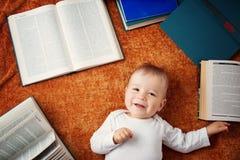 Bebê do bebê de um ano com spectackles e livros imagens de stock royalty free
