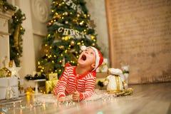 Bebê do Natal com o bastão de doces vermelho fotos de stock royalty free
