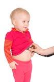 Bebé com o phonendoscope isolado em um fundo branco Fotos de Stock