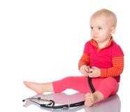 Bebé com o phonendoscope isolado em um fundo branco Fotografia de Stock Royalty Free