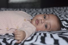 Bebê doce na cama que olha na câmera Foto de Stock Royalty Free