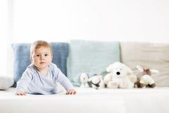 Bebê doce que encontra-se na barriga com cabeça acima. fotos de stock