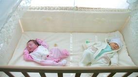 Bebê dois pequeno que dorme no carrinho de criança video estoque