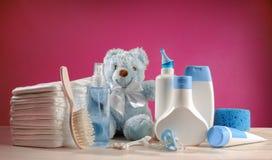 Bebê dos arti'culos de tocador com tecidos e chupetas Imagens de Stock