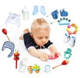 Bebê e acessórios para crianças em um círculo ao redor Fotografia de Stock