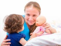 Bebê e baby-sitter adoráveis Fotografia de Stock Royalty Free
