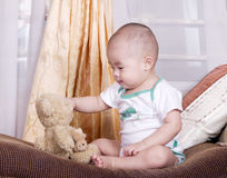 Bebê e brinquedo imagem de stock