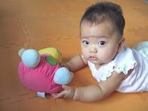 Bebê e brinquedo encantadores Fotografia de Stock Royalty Free