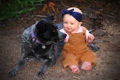 Bebê e cão fotos de stock royalty free