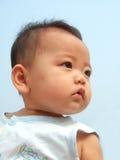 Bebê e céu encantadores Fotografia de Stock