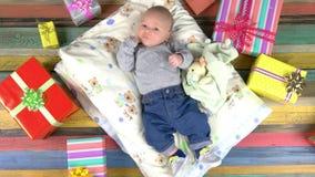 Bebê e caixas atuais coloridas video estoque