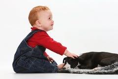 Bebê e filhote de cachorro Imagem de Stock