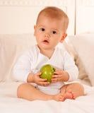 Bebê e fruta Fotografia de Stock