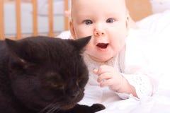 Bebê e gato Fotos de Stock