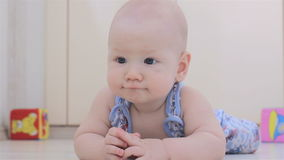 Bebê e laranja vídeos de arquivo