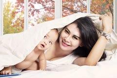 Bebê e mãe bonitos no quarto foto de stock royalty free