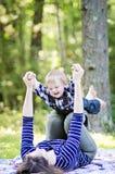 Bebê e mãe felizes foto de stock
