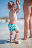 Bebê e mamã da praia fotografia de stock