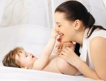 Bebê e mamã positivos Imagens de Stock