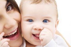 Bebê e mama fotos de stock
