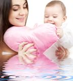Bebê e mama com descanso heart-shaped foto de stock royalty free
