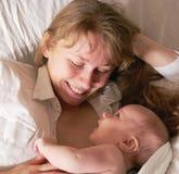 Bebê e matriz recém-nascidos felizes Foto de Stock Royalty Free