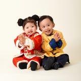 Bebê e menina chineses no equipamento do ano novo de chinês tradicional foto de stock royalty free