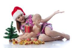 Bebê e mum com decoração do Natal Imagens de Stock Royalty Free