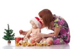 Bebê e mum com decoração do Natal Imagem de Stock Royalty Free