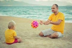 Bebê e pai que jogam a bola do brinquedo Fotos de Stock Royalty Free