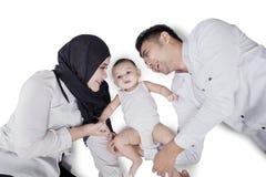 Bebê e pais que encontram-se no estúdio Fotografia de Stock Royalty Free