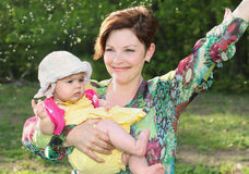 Bebê e sua mãe durante o verão Imagem de Stock Royalty Free