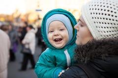 Bebê e sua mãe fora no inverno Foto de Stock