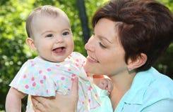 Bebê e sua mãe na natureza Foto de Stock Royalty Free