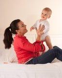 Bebê e sua mamã Fotos de Stock Royalty Free