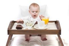 Bebê e uma bandeja com pequeno almoço Imagens de Stock