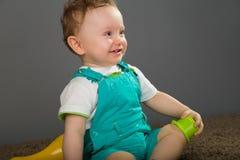 Bebê em calças de um babador do azul fotos de stock royalty free