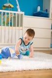 Bebê em casa foto de stock