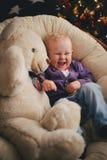 Bebê em casa perto da árvore de Natal foto de stock royalty free