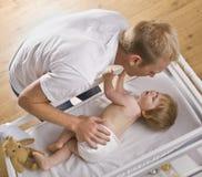 Bebê em mudança do homem Foto de Stock Royalty Free