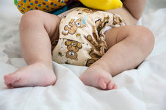 Bebê em pilhas modernas do eco de close-up do foco seletivo dos tecidos de pano e das buchas da substituição no fundo brilhante,  Imagens de Stock