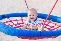 Bebê em um balanço imagem de stock