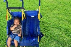 Bebê em um carrinho de criança imagens de stock
