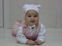 Bebê em um chapéu com um urso fotografia de stock royalty free