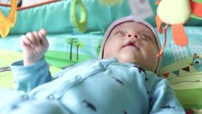 Bebê em um tapete tornando-se