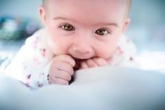 Bebê em uma cama que olha a câmera Imagem de Stock Royalty Free