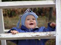 Bebê em uma escada Fotos de Stock Royalty Free