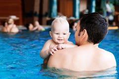 Bebê encantador de sorriso na piscina fotografia de stock