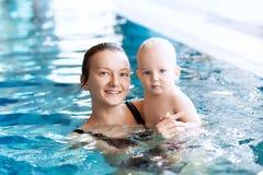 Bebê encantador de sorriso na piscina foto de stock