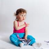 Bebê encantador na calças azul e na camiseta de alças vermelha imagens de stock royalty free